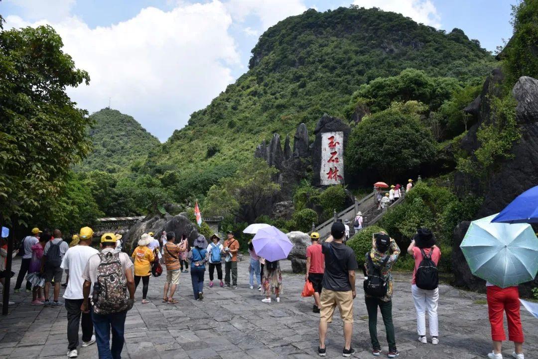 贺州玉石林景区迎来疫后首批跨省旅游团